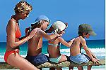 Любимое занятие на пляже - натирание солнцезащитным кремом