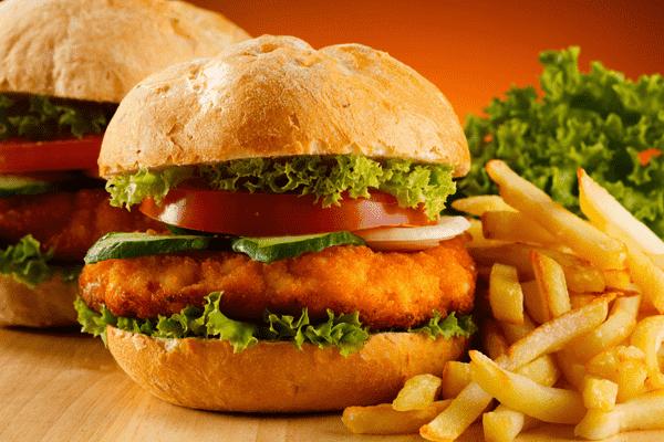 Для мужчин вредная еда опаснее, чем для женщин
