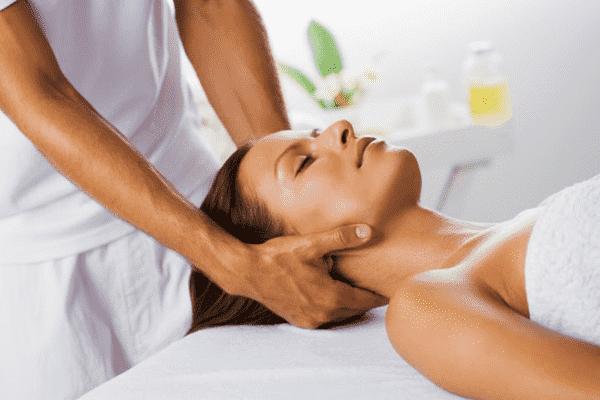 Косметический массаж лица и шеи с эфирными маслами